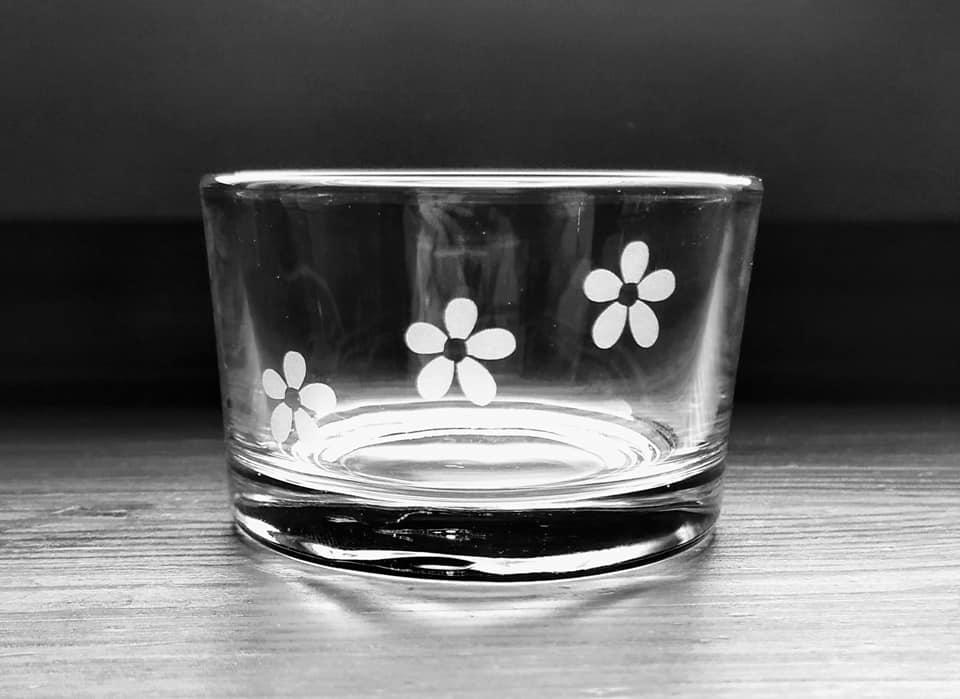 Pískovaný skleněný svícen Květy